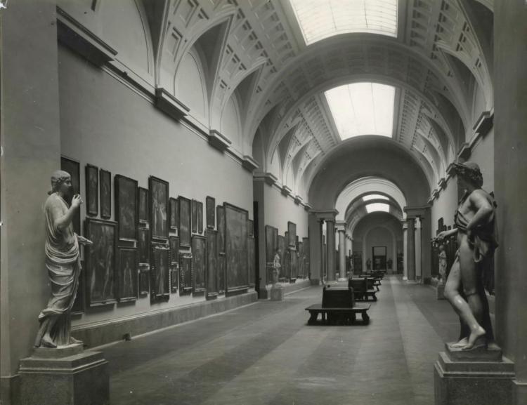Fotografías del Salón Central del Museo del Prado tras las obras de reforma de la Galería central del Museo del Prado realizadas por Pedro Muguruza en 1927. Fecha 12-12-1927
